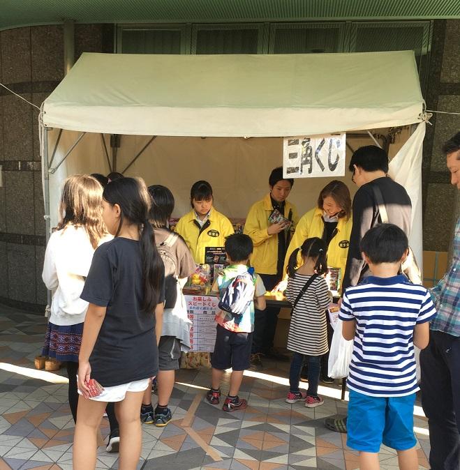 希翠はサンタワーでゲームの受付をしていました。黄色いジャンパーの右端は社長です。